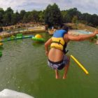saut depuis structure gonflable sur l'étang