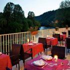 Terrasse au bord de la rivière du royal vézère hôtel