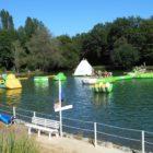 structures gonflables sur l'eau aux étangs du Bos