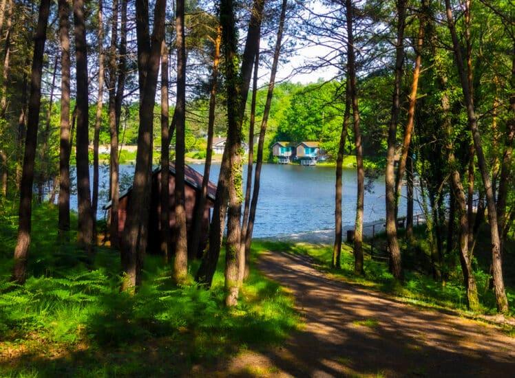 Chalets aux bord du lac en amoureux